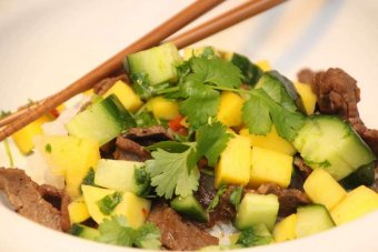 Sojastekt minutbiff med mango och koriandersalsa
