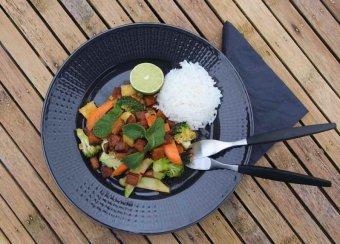 Tofu och shiitake-svamp i söt chilisås med ingefära och broccoli
