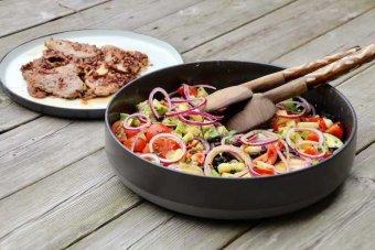 Snabbstekt kalvkött med svartbönssallad, ananas och avokado