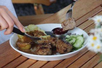 Köttbullar med gräddsås, potatis och lingon