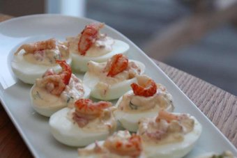 Ägghalvor fyllda med Skagenröra