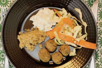 Falafel med avokado- och fetaoströra och passionsfruktssallad