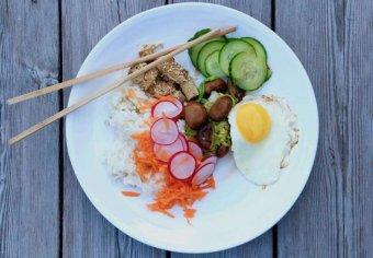 Koreansk Bibimbap med sesamtekt tofu och chilipicklad gurka