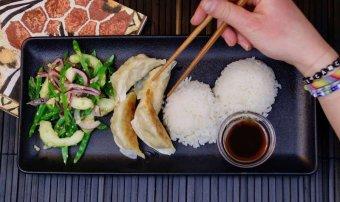 Japanska dumplings med sesamrostad gurksallad