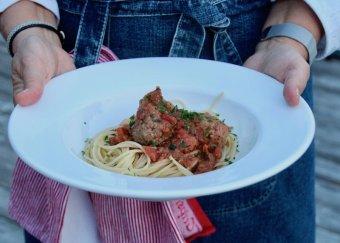 Frikadeller i mustig tomatsås