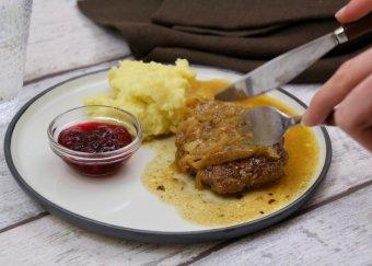Pannbiff med stekt lök och potatismos