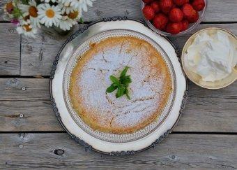 Citronkladdkaka med vispad grädde