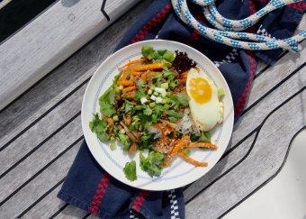 Svampyakiniku med ägg och sesamstekta morötter