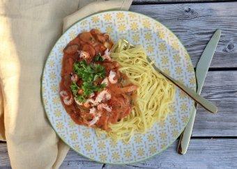 Het kräftpanna med färsk pasta