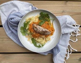 Stekt kycklingfilé med tomatsås och pasta