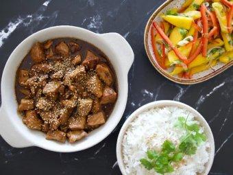 Mongoliskt fläsk med sesamfrön, ingefära och mangosallad